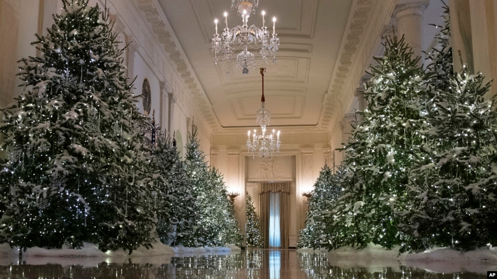 A traditional holiday look for this white house