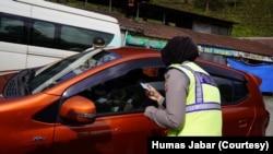 Petugas memeriksa kendaraan di kawasan Puncak dan mengarahkan pelancong untuk menjalani tes cepat. (Foto: Humas Jabar)