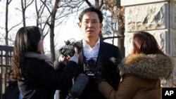 Lee Jae-yong, vicepresidente de Samsung Electronics, habla con periodistas antes de abandonar un centro de detención en Uiwang, Corea del Sur, el lunes 5 de febrero de 2018.