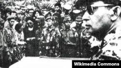 Pemakaman para pahlawan revolusi. Tampak Mayjen Soeharto di sebelah kanan (foto: Wikipedia).