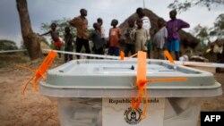Thùng phiếu được niêm phong sau một cuộc bầu cử ở Uganda.