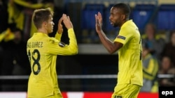 Villarreal Denis Suarez, à gauche, célèbre avec Cedric Bakambu, à droite, leur deuxième but lors du match de quart de finale de Europa League de l'UEFA entre Villarreal et Sparta Prague au stade El Madrigal à Villarreal, Castellon, Espagne 07 avril 2016 .