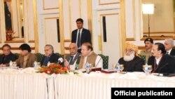PM Pakistan Muhammad Nawaz Sharif menyampaikan sambutan di hadapan para pejabat Pakistan di rumah dinasnya (24/12).