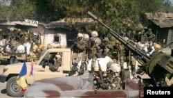Des soldats de l'armée tchadienne patrouillent en véhicules à Gambaru, Nigéria, le 4 février 2015.