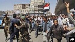 La police Yéménite entrain d'essayer de bloquer les manifestants.