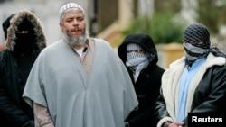 Giáo sĩ Abu Hamza bên ngoài đền thờ Hồi giáo ở London (Ảnh lưu trữ)