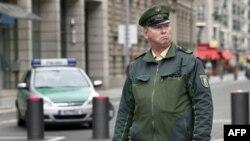 Cảnh sát tuần tra trước cổng vào Ðại sứ quán Anh ở Berlin, ngày 5/10/2010