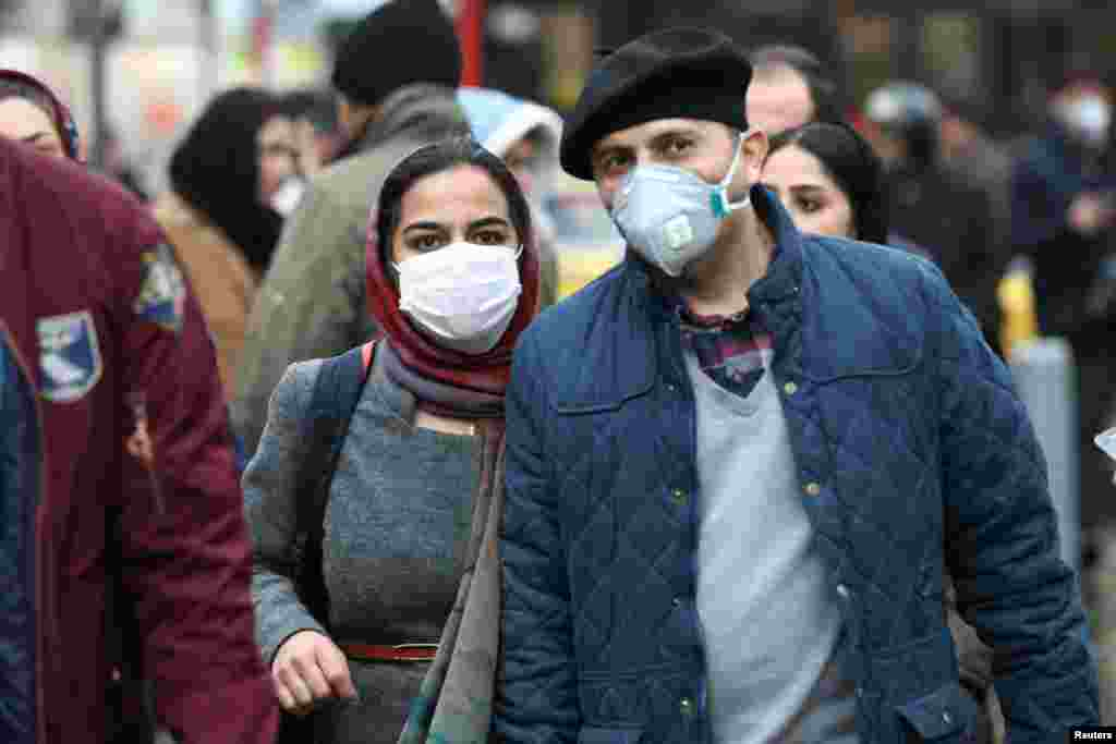 نگرانی از کرونا موجب شده مردم زیادی در ایران از ماسک استفاده کنند. دستکم چهار نفر کشته شده اند و مقامات تهران ناگهان از ابتدای حدود ۲۰ نفر خبر داده اند.