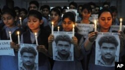Murid-murid sekolah di Amritsar, India membawa gambar Sarabjit Singh mendoakan kesembuhannya (29/4). Sarabjit tewas akibat luka parah di kepalanya.