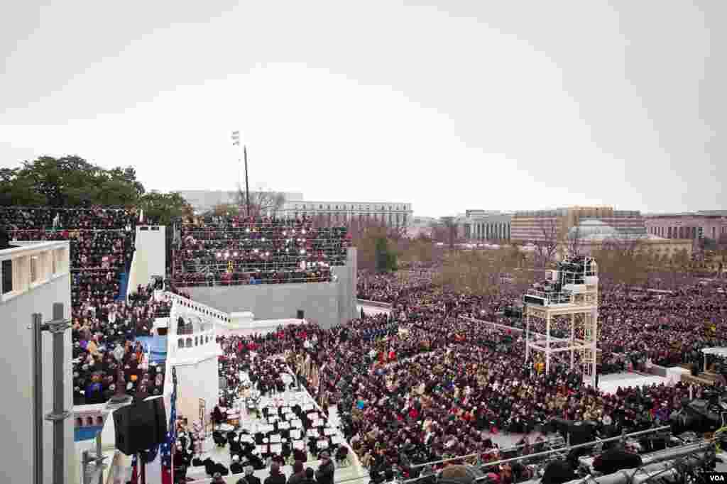 公开就职典礼在国会大厦西面举行。这幅照片可看到典礼集合区、音乐表演者和采访典礼的媒体。(Alison Klein/VOA)