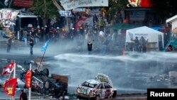 Polisi anti huru-hara Turki menggunakan gas air mata dan meriam air untuk menghalangi ribuan demonstran anti pemerintah di Istanbul.