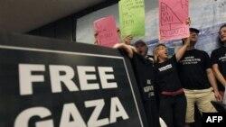 Američki aktivisti uzvikuju slogane i nose transparente tokom konferencije za štampu o medjunarodnoj flotili prema Gazi, Atina, ponedeljak, 27. jun, 2011.