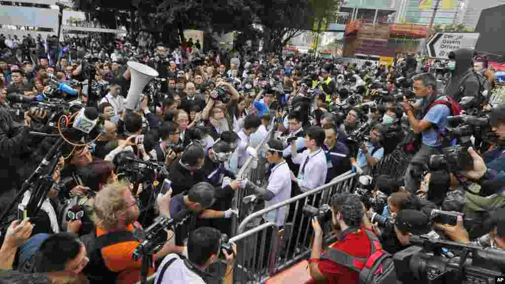 Trabajadores, en el centro, comienzan a retirar las barricadas frente al edificio del gobierno.