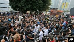 Hong Kong Police Start Clearing Protest Areas