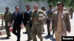 جنرال جان نیکلسن، فرمانده نیرو های حمایت قاطع در افغانستان در جریان دیدار روز شنبه از ولایت فراه
