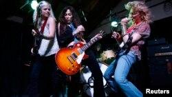 Pendiri dan gitaris utama Lez Zeppelln Steph Paynes (tengah) tampil bersama anggota bandnya yang seluruhnya perempuan, di New Hope, Pennsylvania, 5 April 2013. (Foto: Reuters/arsip)