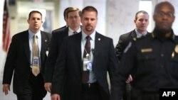 Quyền Giám đốc CIA Michael Morell (thứ nhì từ trái) đến dự phiên họp tại thượng viện