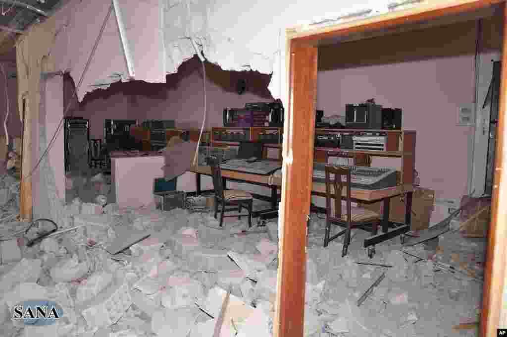 被破坏的沙特阿拉伯电视台控制室(叙利亚阿拉伯通讯社提供照片)