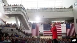 Kandidat calon presiden dari Partai Demokrat Hillary Clinton saat kampanye di Iowa State University, Ames, Iowa, 30 Januari 2016.