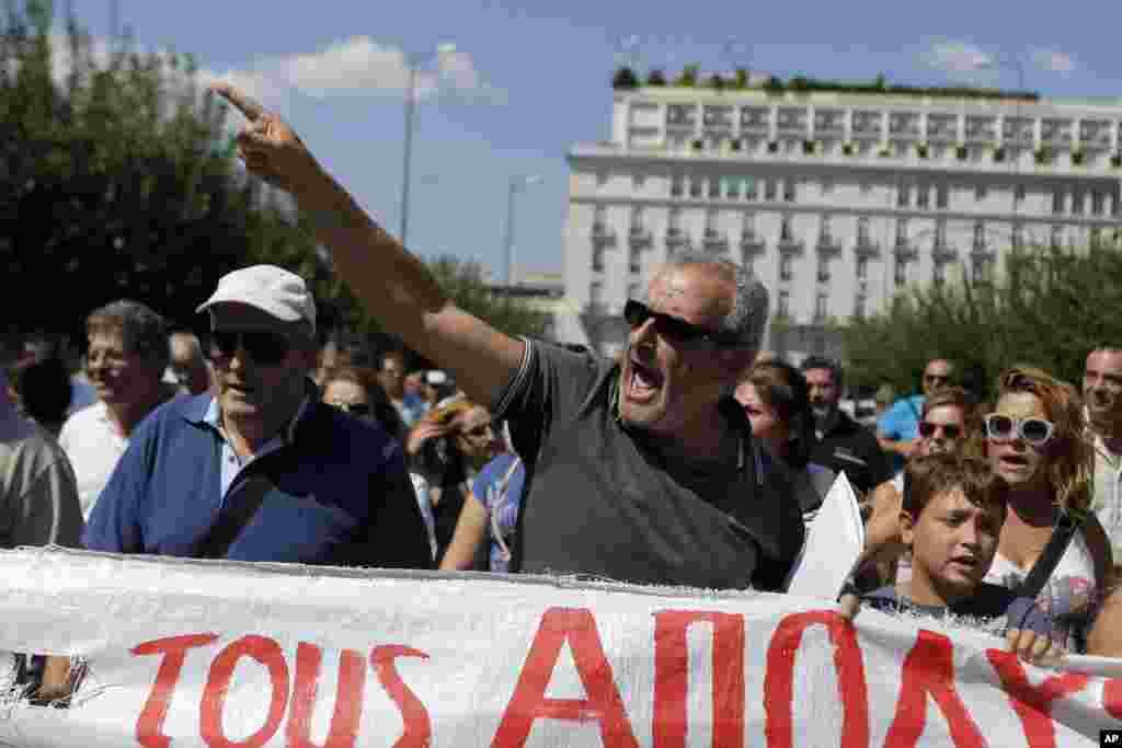 9일 그리스 무기 산업과 화학 공업 분야에 종사하는 직원들이 아테네 국회 앞에서 정부의 긴축정책에 항의하고 있다.