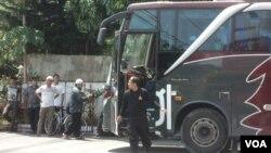 Para peserta Aksi 2 Desember di Jakarta berangkat dengan beberapa bus dari Solo hari Kamis 1/12 (Foto: VOA/Yudha).