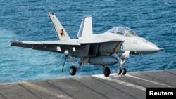 超级大黄蜂F/ A-18F战斗机空袭后降落在布什航空母舰