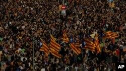 3일, 하루 동안의 파업 시위에 동참한 카탈루냐 주민들이 바르셀로나에서 카탈루냐 기를 흔들며 독립을 요구하고 있다.