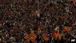 Người biểu tình mang cờ Catalonia độc lập ở quảng trường Đại học trong cuộc đình công một ngày ở Barcelona, Tây Ban Nha, hôm thứ Ba 3/10/2017