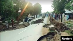 میرپور کے زلزلے سے سڑکوں پر دراڑیں اور شگاف پڑ گئے۔ 24 ستمبر 2019