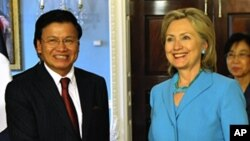 Secretary of State Hillary Clinton met with Laotian Foreign Minister Thongloun Sisoulth Tuesday in Washington.