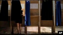 一名法国妇女在里昂的一个投票站里投票。(2017年6月11日)