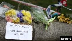 Cvijeće i poruke ostavljene u blizini mjesta napada