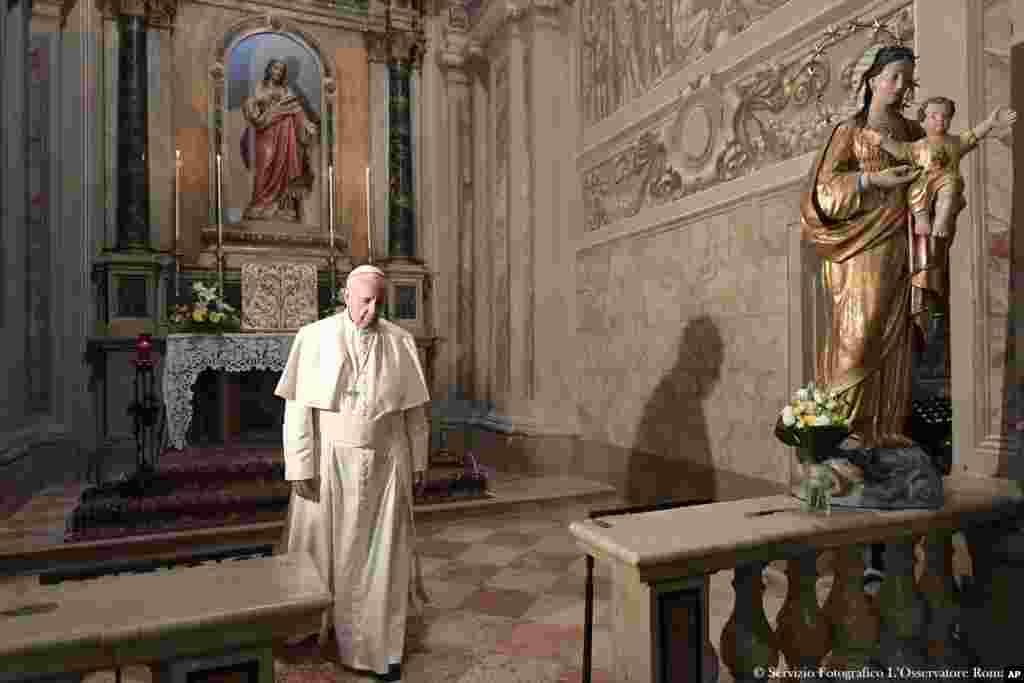 دیدار پاپ فرانسیس، رهبرکاتولیک های جهان از شمال ایتالیا برای گرامیداشت دو کشیش قرن بیستم که زندگی خود را وقف فقرا کرده بودند.