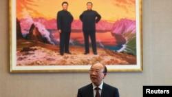 2일 제네바주재 북한대표부 서세평 대사가 로이터 통신과 인터뷰하고 있다.