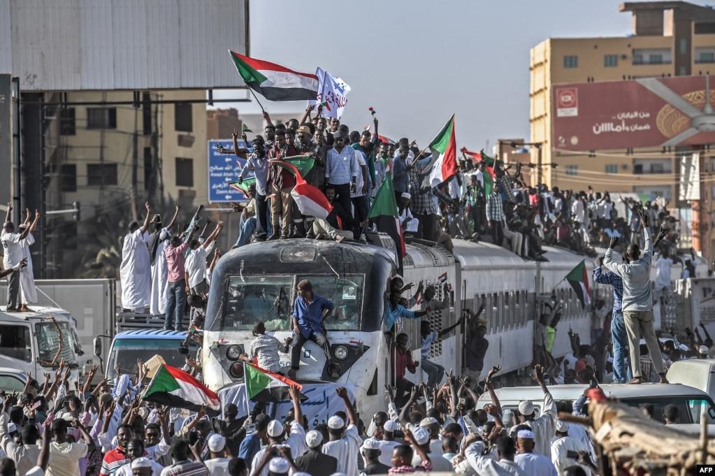 수단 아트바라 시에서 문정이양 요구 시위자들을 태우고 출발한 기차가 수도 하르툼 역에 도착하고 있다.