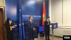 Evropski komesar Oliver Varhelji i predsjednik crnogorske Skupštine Aleksa Bečić na konferenciji za novinare u Podgorici (Foto: VOA)