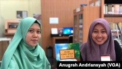Dinda Dewi (kiri) dan Riski Ajura Ayu Ningtia (kanan) dua dari empat mahasiswi UMSU yang menciptakan 99,99 komik strip menggunakan bahasa daerah, Rabu, 14 Agustus 2019. (Foto: VOA/Anugrah Andriansyah).