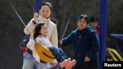 Seorang ibu dan anaknya di Beijing.