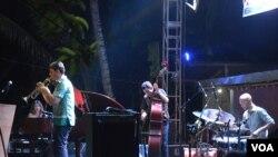 Nita Aartsen (piano) tampil bersama Jean Sebastian Simonoviez dari Perancis (saxophone), Mikele Montolli dari Italia (bass) dan Ida Bagus Putu Bramanta (drum) di panggung Kamituwa Ngayogjazz, Sabtu malam (17/11). (Foto: VOA/Munarsih Sahana)