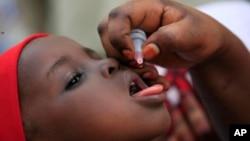 Ảnh tư liệu - Một em nhỏ được uống vắc-xin bại liệt ở Kawo Kano, Nigeria, ngày 13 tháng 4 năm 2014.
