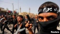 시아파 성직자 모크타다 알-사드르를 추종하는 수 천 명의 무장세력이 21일 바그다드의 사드르 시티에서 행진했다.