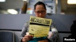Seorang warga membaca brosur Obamacare di Cudahy, California. (Foto: Dok)