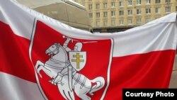 紅白相間的白俄羅斯抗議者旗幟(資料圖)