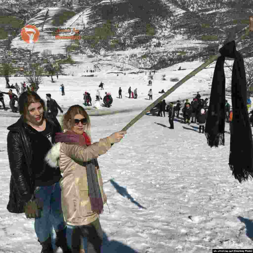 ادامه اعتراض نمادین به حجاب اجباری - عکس زنانی که روسری خود را در مازندران بر چوب کردهاند.