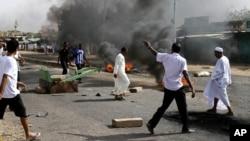 지난 25일 수단 카드로에서 정부의 연료 보조금 중단에 반대하는 시위대가 고속도로를 점거하고 타이어를 불태우고 있다.