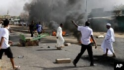 Protesters burn tires amid a wave of unrest over the lifting of fuel subsidies by the Sudanese government, in Kadro, 25 kilometers north of downtown Khartoum, Sept. 25, 2013.