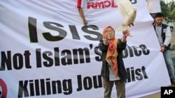 Seorang perempuan muslim melepaskan merpati sebagai simbul perdamaian dalam sebuah demonstrasi anti ISIS di Jakarta. Sementara itu Australia meningkatkan kesiagaan atas aksi terorisme, menyusul sejumlah warganya yang kembali dari pertempuran bersama ISIS.