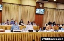 ႏိုင္ငံေရးပါတီ UPDJC ကိုယ္စားလွယ္မ်ားႏွင့္ ေတြ႕ဆုံေဆြးေႏြးပြဲကို ရန္ကုန္ၿမိဳ႕ရွိ NRPC ရံုးမွာ က်င္းပတဲ့ ျမင္ကြင္း။ (ဓာတ္ပံု - ဇြန္ ၂၅၊ ၂၀၂၀ - Hla Maung Shwe's Facebook)