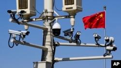 中国北京天安门广场路灯柱上安装的监控摄像头。(2019年3月15日)