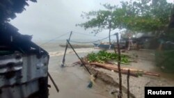Pemandangan pasca badai tropis Consons di Dimasalang, Mastabe, Filipina 7 September 2021. (Rupert Bulalaque Capellan/via REUTERS)